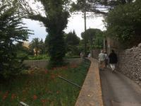 Prächtige Gärten auf dem Weg zum Monte Tiberius