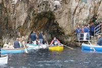 Blaue Grotte - hier die Einfahrt mit den kleinen Ruderbooten