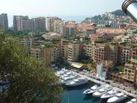 Auch von der Altstadt aus konnte man schön die typischen Luxuswohnungen von Monaco betrachten. Wieder können Sie schön die Parks und Bungalows auf den Hochhausdächern erkennen.