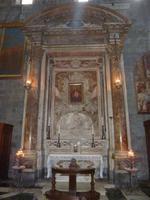 Hier sehen sie hingegen wieder einen Altar aus reinem Marmor. Das Bild in der Mitte zeigt Christus mit einem großen Herzen.