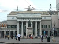 Auf diesem Bild sehen Sie das Theater von Genua. Es befindet sich am selben Platz, an dem auch der Springbrunnen stand.