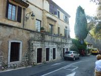 Links das berühmte Gasthaus La Colombe d'Or. Zahlreiche Künstler stiegen hier ab und bezahlten mit Kunstwerken für Kost und Logis. Das Innere ähnelt daher fast einem kleinen Kunstmuseum.