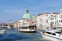 Auf dem Canal Grande in Venedig mit dem Wassertaxi