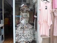 papierene Schaufensterpuppe in Lipari