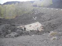 versunkenes Haus unterhalb des Vulkans