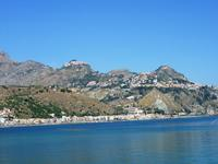 Am Strand von Giardini Naxos, gegenüber liegt Taormina