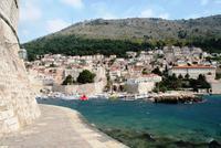 0376 Dubrovnik, Einfahrt Altstadthafen und Berg Srd