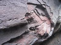 Lava lagerte sich in mehreren brüchigen Schichten ab