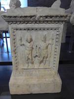Opferaltar ausgestellt im Romulus Tempel