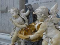 Weihwasserbecken im Petersdom mit Putten