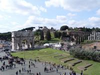 Blick vom Kolosseum zum Konstantinsbogen und zum Palatino