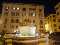 Lichter-Spaziergang (antiker Brunnen auf der Piazza Farnese)