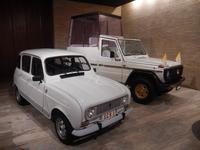 Das hintere Fahrzeug mit dem Panzerglaskasten wurde nach dem Anschlag auf Papst Johannes Paul II. 1981 als Papamobil verwendet
