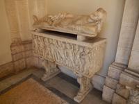 Ein antiker Sarkophag im Cortile della Biblioteca