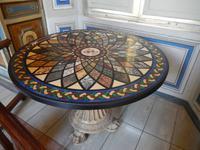 In diesem Tisch sind die verschiedenen Arten von Marmor eingebracht, die man so verarbeiten kann. Wahnsinn, was die Natur so hervorbringt
