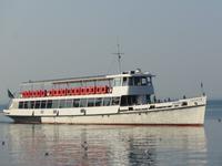 Einfahrt eines der vielen Schiffe die auf Gardasee verkehren