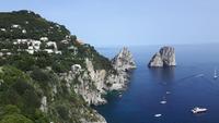Insel Capri (Blick vom Augustusgarten auf die Faraglioni-Felsen)