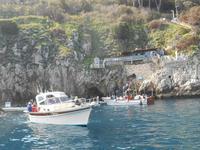 Insel Capri (Inselrundfahrt mit dem Schiff - Eingang zur Blauen Grotte)