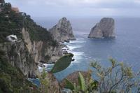Ausblick vom Augustusgarten auf die Küste der Insel Capri  (Faraglioni-Felsen)
