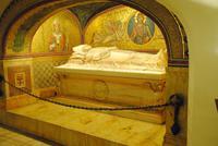 Papstgrab in Krypta im Petersdom