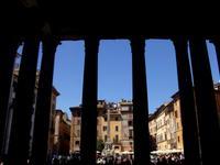 Blick aus dem Pantheon auf die Piazza Rotonda