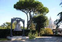 Milleniumglocke in den Gärten des Vatikans und Blick auf die Kuppel Petersdom