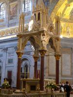 Basilika Sant Paul vor den Mauern - Innen Altar auf dem nur Papst zelebrieren darf