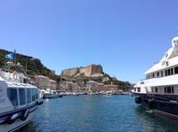 Blick vom Hafen zur Citadelle