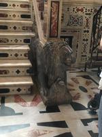 Löwenstatue aus Marmor im Dom Santa Maria di Castello