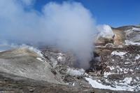 Am Zentralkrater mit deutlicher vulkanischer Aktivität - Wanderung auf dem Kraterrand