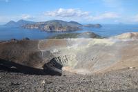 Aufstieg auf Vulcano - Ein Blick zurück zu den Schwefeldämpfen