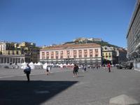 Neapel - Piazza del Plebiscito mit Blick zum Castel Sant'Elmo auf dem Vomero
