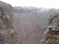 ... und hier auf die unterschiedlichen Gesteinsschichten im Krater