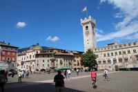 Domplatz mit Neptunbrunnen und Glockenturm in Trient