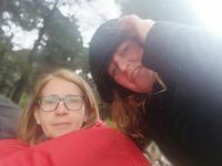 Reiseleiterin Doris und Simone im winterlichen Apulien