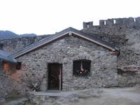 Im Burghof von Castel San Michele