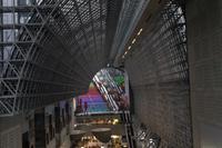 Ankunft an der Kyoto Station mit Besichtigung des beeindruckenden Bahnhofs