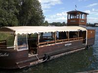 Holzschiff vor der Burg Trakai