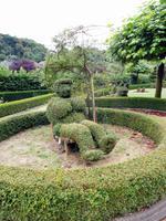 Urlauberin im Buchsbaumgarten von Durbuy