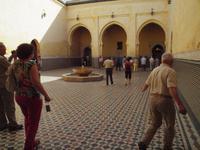 Eberhardt Reisegäste im Moschee-Mausoleum von Moulay Ismail