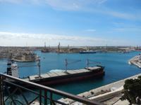 Ein riesiges Schiff lief gerade in den Grand Harbour ein.