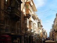 Gasse von Valletta mit den typischen Holzerkern.