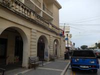 Die blaue Laterne über der Tür signalisiert eine Polizeistation.
