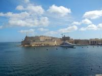 Fort St. Angelo. Davor ankert eine Yacht von Roman Abramowitsch.