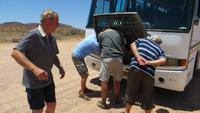 0742 Fahrt durch das Damaraland -  Unser Bus braucht Öl