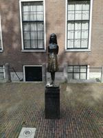 Rundgang Jordaan Viertel Anne Frank Statue