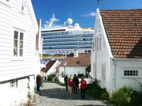 Altstadt von Stavanger - im Hintergrund die Costa Magica