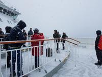 Hurtigrute, Infopunkt zur Insel Ryøya am Bug
