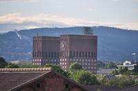 Das Rathaus von Oslo - links im Hintergrund die Schanze am Holmenkollen