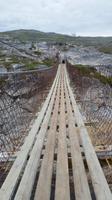 Eine Hängebrücke über den Repparfjordelva